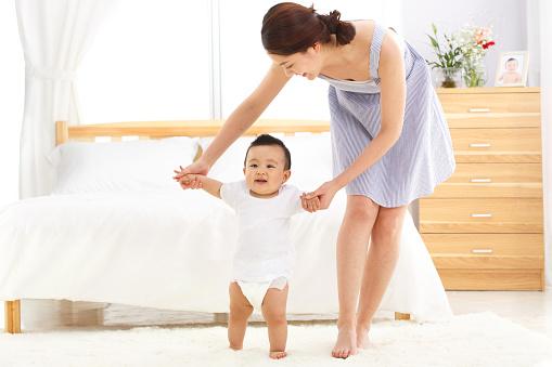 Kết quả hình ảnh cho giai đoạn tập đi cho bé
